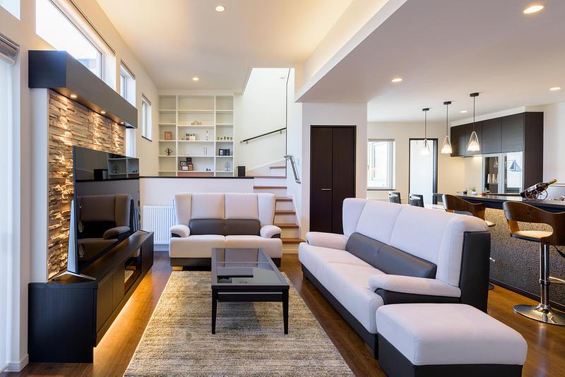 間接照明とバーカウンターがくつろぎの大人の空間を実現する家