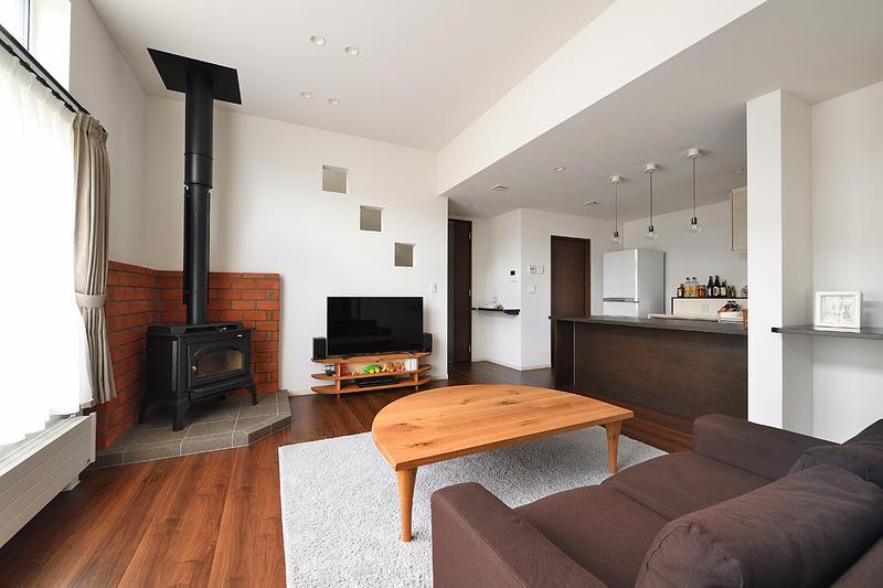 『火をつかい、炎を眺める』趣味を取り入れた薪ストーブのある家。