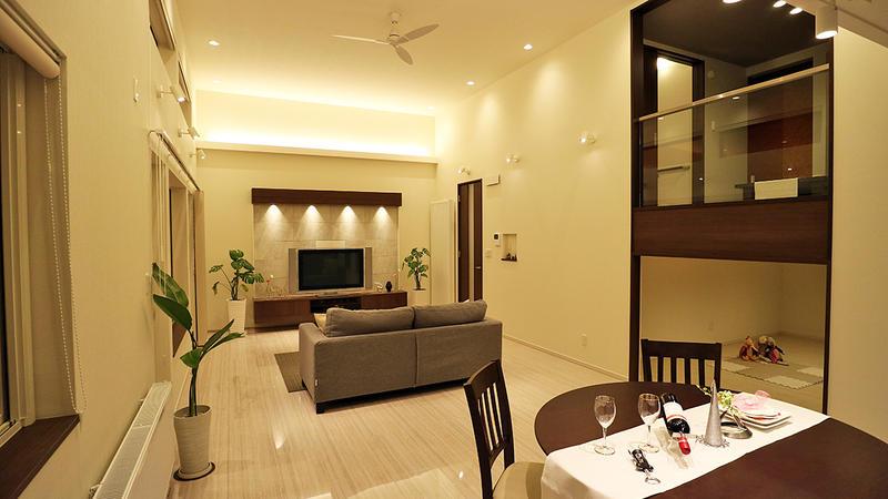 光と色をデザインする照明計画。リビングを見渡せる中2階に和室がある家。