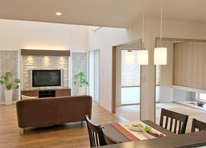 日常を豊かにする吊押入のある和室。造り付け家具により見えない収納を実現した家。